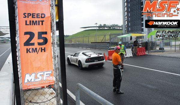 Kelajuan 25km/j ketika memandu di pit lane.